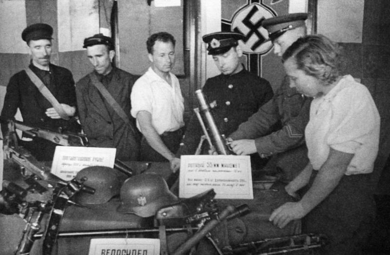 Жители Мурманска на выставке трофейного оружия. Июль 1941 г.
