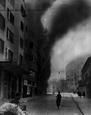 Пожар в Белграде после немецкой бомбардировки 6 апреля 1941 г.