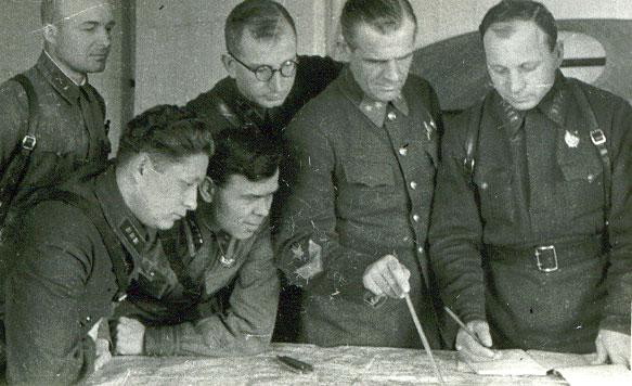 Командир 258-й стрелковой дивизии генерал Трубников К.П. (второй справа) в дни обороны Тулы. Октябрь 1941 г.