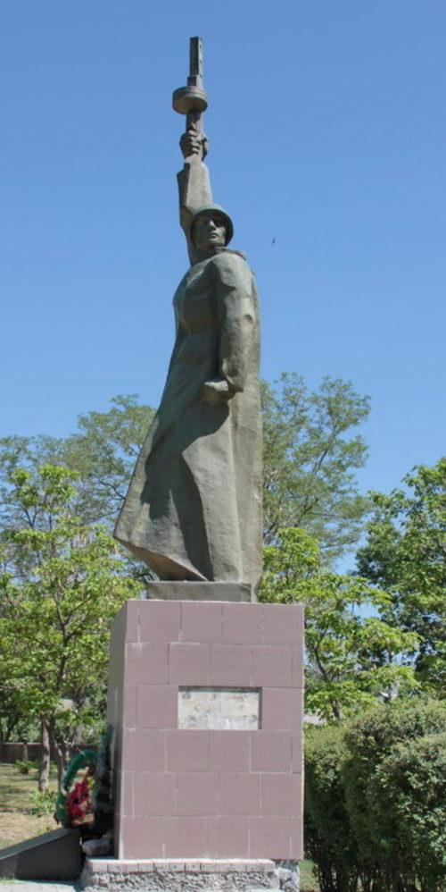 п. Жирнов Тацинского р-на. Братская могила, в которой похоронено 15 советских воинов, погибших в годы войны.