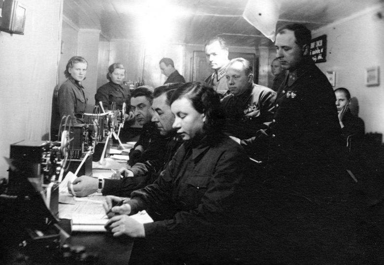 Командование 14-й армией Карельского фронта на пункте связи: генерал-майор Р. И. Панин и член Военного совета М. И. Старостин. Сентябрь 1941 г.