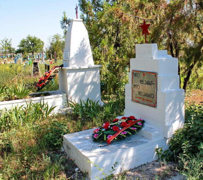с. Ивановка Сальского р-на. Братские могилы, в которых захоронено 24 советских воина.