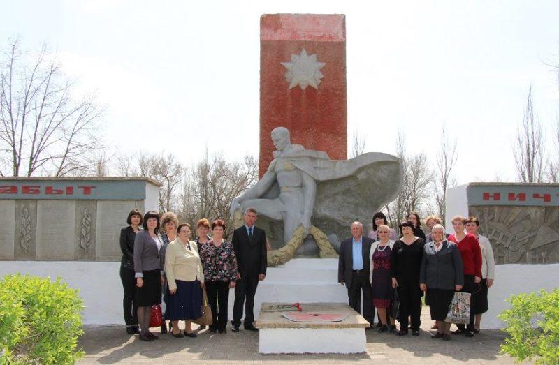 х. Зазерский Тацинского р-на. Братская могила и мемориал погибшим воинам Великой Отечественной войны.