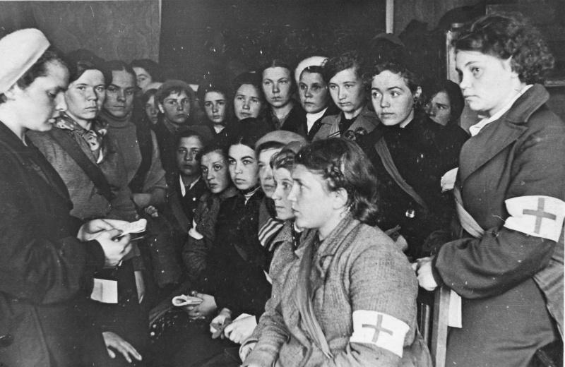 Сандружинницы на занятиях. 1942 г.