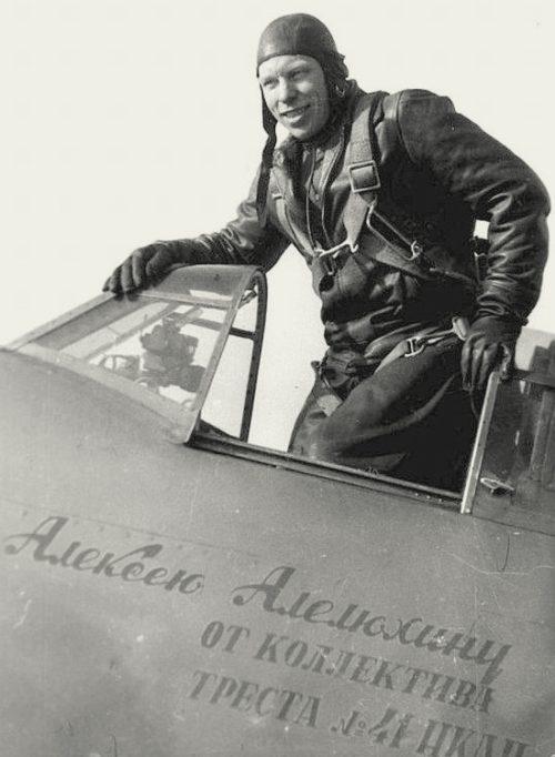 Алелюхин у своего самолета. 1942 г.