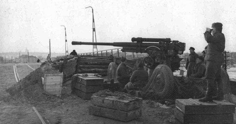 85-мм зенитная пушка 6-й батареи 732-го зенитно-артиллерийского полка на Пролетарском мосту. Октябрь 1941 г.