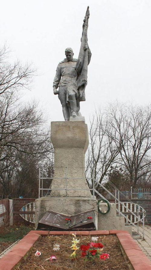 п. Конезавод имени Буденного Сальского р-на. Памятник, установленный на братской могиле, в которой похоронено 766 советских воинов, в т.ч. 736 неизвестных.