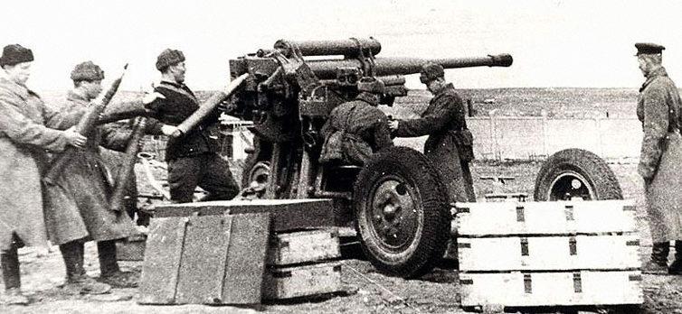 Расчёт зенитного орудия на противотанковом рубеже обороны. Октябрь 1941 г.