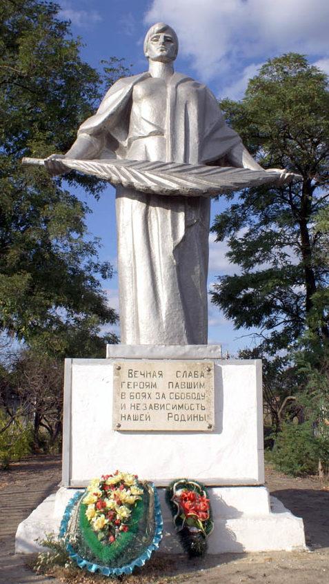 с. Синявское Неклиновского р-на. Памятник, установленный на братской могиле, в которой захоронено 104 советских воина.