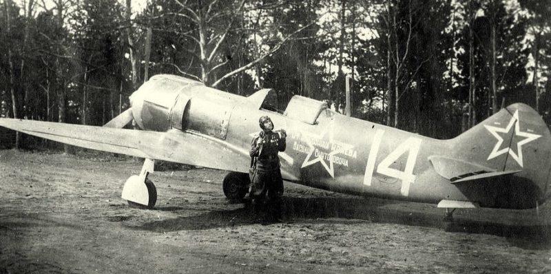Евстигнеев у истребителя. 1944 г.