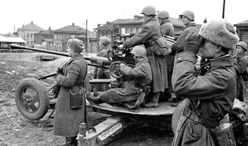 Зенитный расчет на городской улице. Октябрь 1941 г.