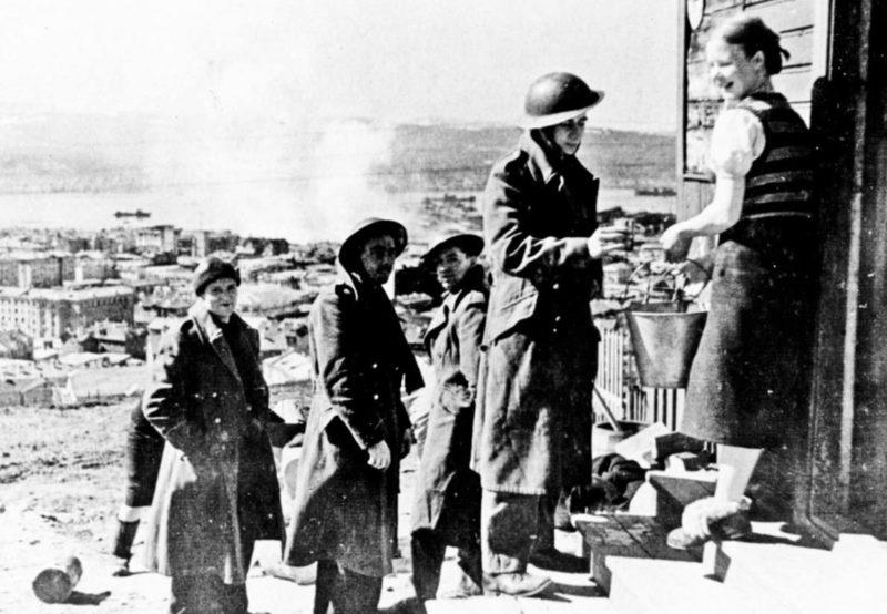 Моряки с конвоя союзников в городе. 1942 г.
