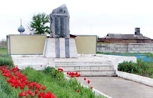 п. Зеленолугский Мартыновского р-на. Мемориал павшим воинам.