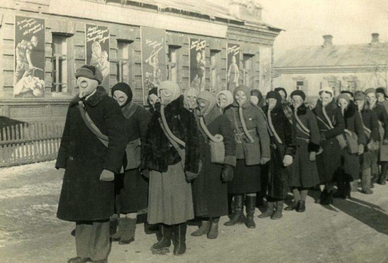 Группа самозащиты горожан на занятиях. 1942 г.