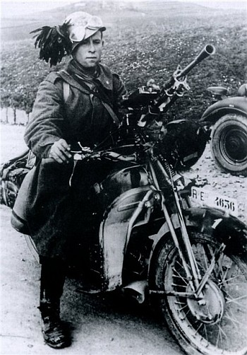Итальянские мотоциклисты-берсальеры из состава 3-его полка дивизии «Челере» входят в город. Сентябрь 1941 г.