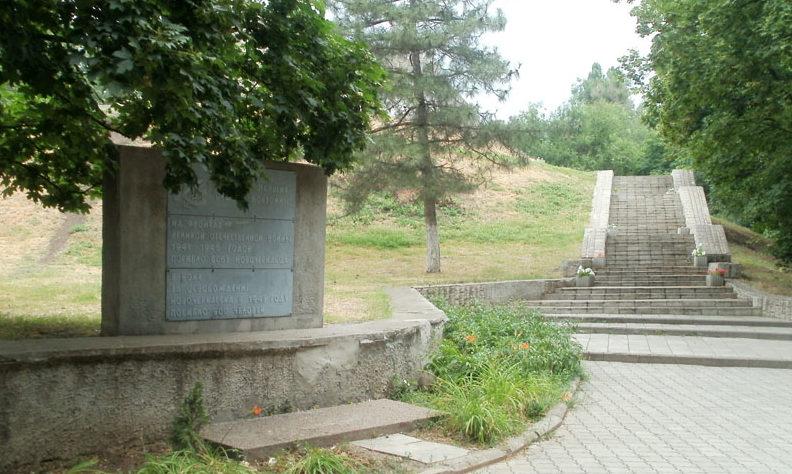 Вход на мемориал.