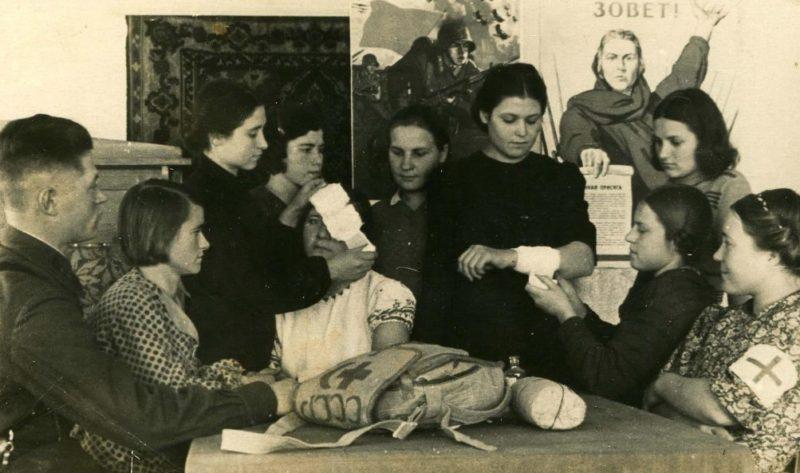 Девушки-дружинники на занятиях по самообороне. 1942 г.