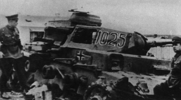Первый подбитый немецкий танк на окраине города. Октябрь 1941 г.
