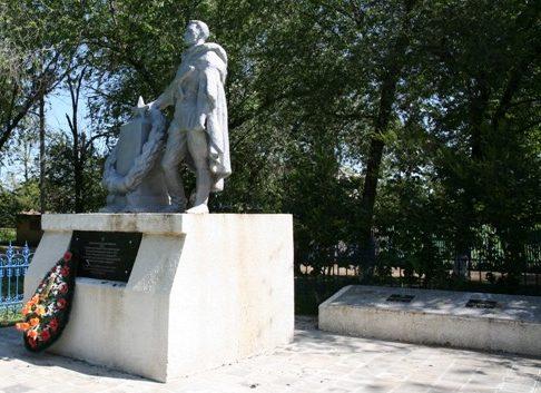 с. Крученая Балка Сальского р-на. Памятник, установленный в 1962 году на братской могиле советских воинов.