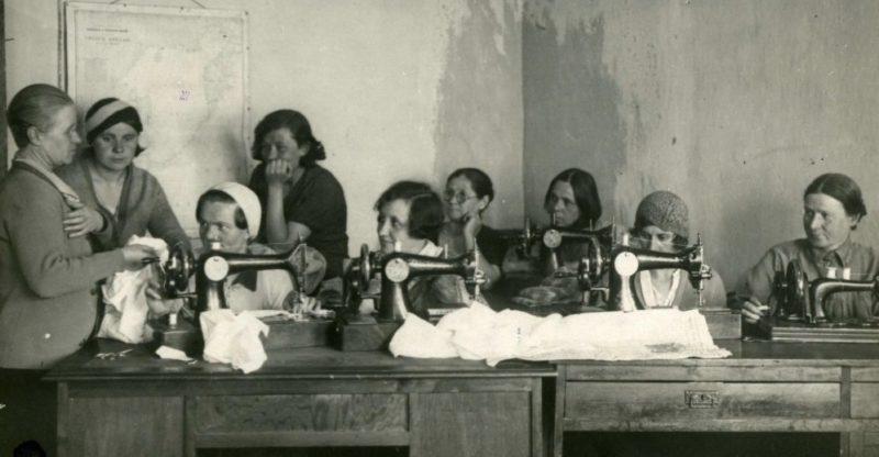 Домработницы Владивостока шьют и вяжут подарки родным на фронт. 1942 г.