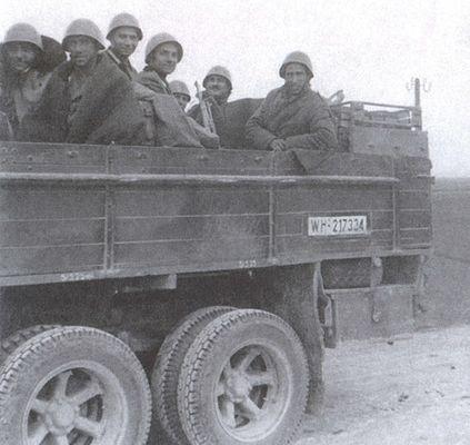 Солдаты итальянской пехотной дивизии «Пасубио» в пригороде. Сентябрь 1941 г.
