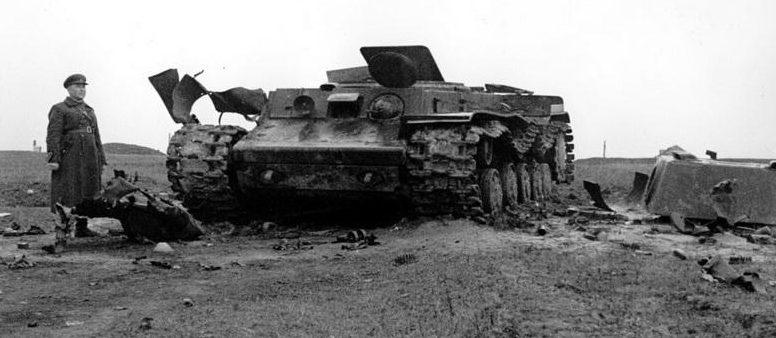 Танк КВ-1 с оторванной башней. Октябрь 1941 г.