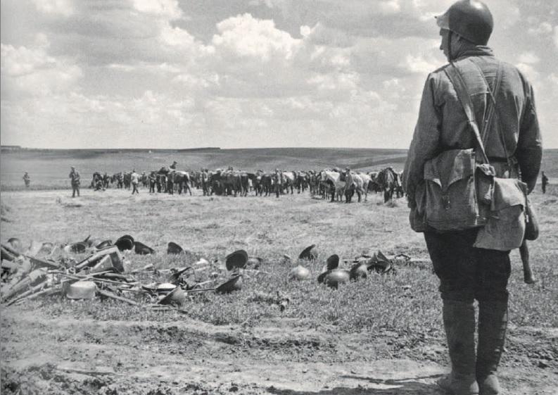 Сбор оружия, брошенного румынской армией. Июнь 1940 г.