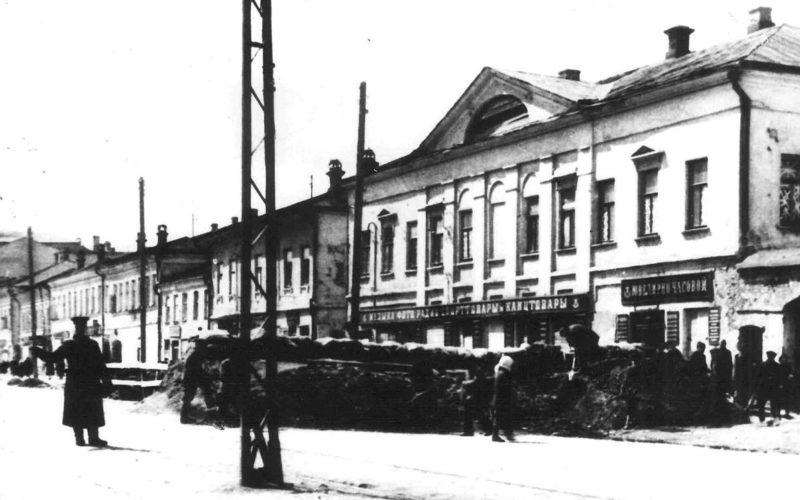 Баррикады на улице Коммунаров (в настоящее время проспект Ленина). Октябрь 1941 г.