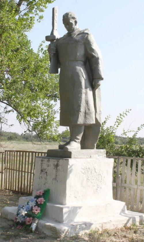 х. Кухтачев Тацинского р-на. Братская могила, в которой захоронено 35 советских воинов.