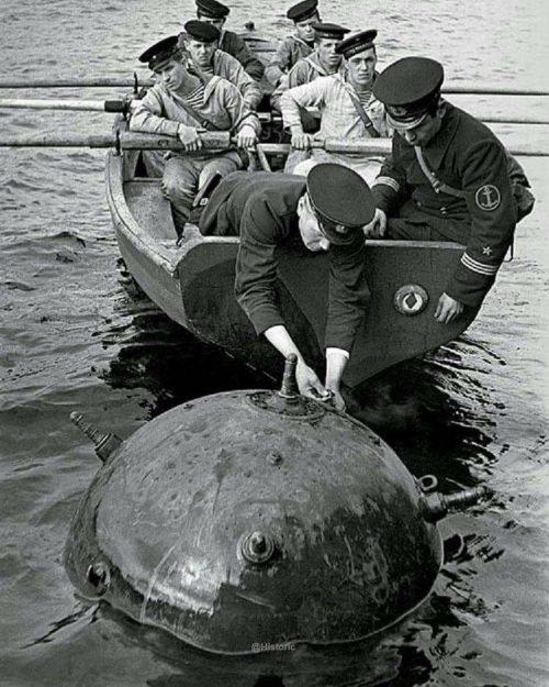 Моряки обезвреживают морскую мину у побережья. 1942 г.