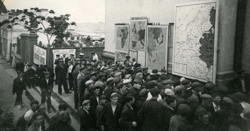 Жители изучают карты о положении на фронте. 1942 г.