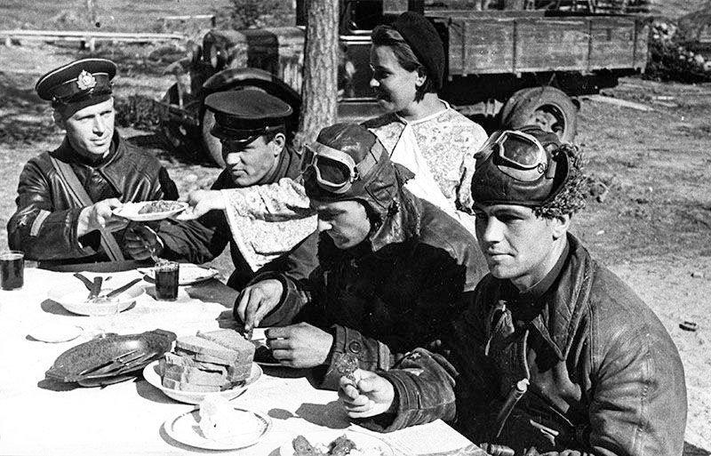 Советские и британские пилоты обедают. 1942 г.