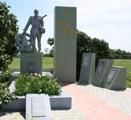 х. Маяк Сальского р-на. Памятник, установленный на братской могиле, в которой похоронено 28 курсантов военного училища, погибших в бою 29 июля 1942 года.