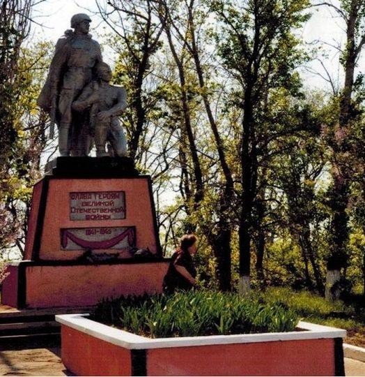 х. Маслов Тацинского р-на. Памятник, установленный в 1954 году на братской могиле, в которой захоронено более тысячи советских воинов, погибших в годы войны.