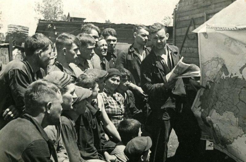 Знакомство со сводкой Информбюро во время обеденного перерыва. 1942 г.