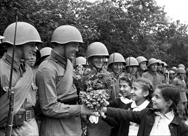 Население Бессарабии встречает Красную армию. Июнь 1940 г.