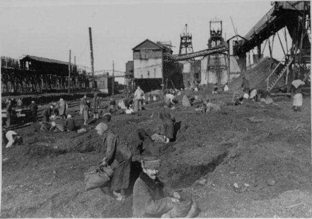 Жители города копают уголь в отработанной породе на шахте 5-6 им. Калинина. Октябрь 1941г.