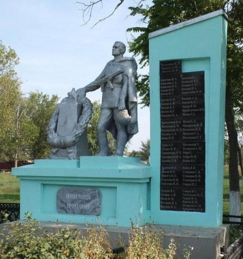 х. Новоселый 1-й Сальского р-на. Памятник, установленный в 1974 году на братской могиле, в которой похоронено 64 советских воина.