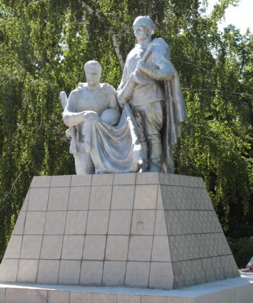 х. Михайлов Тацинского р-на. Братская могила, в которой похоронено 15 воинов, погибших в годы войны.