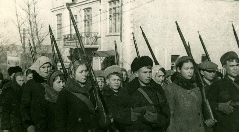 Школьники Владивостока на строевых занятиях. 1943 год.