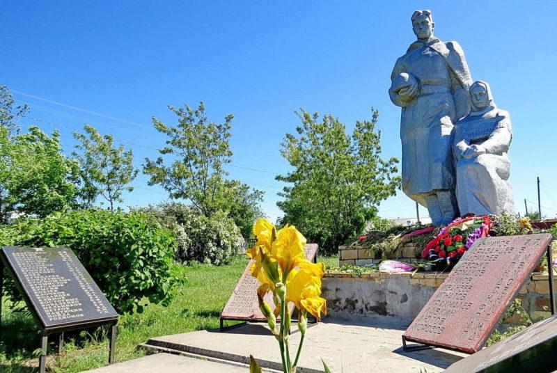 п. Крутобережный Мартыновского р-на. Братская могила воинов и мемориал воинам-землякам, погибшим в годы войны.