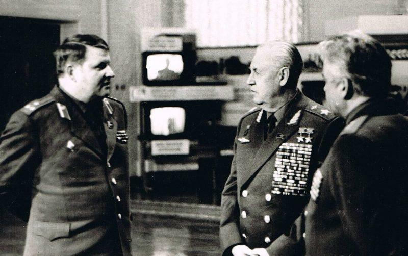 Главком ВВС маршал авиации А. Н. Ефимов с комдивом А. А. Дорофеевым и командующим войсками СКВО Л. С. Шустко. 1988 г.