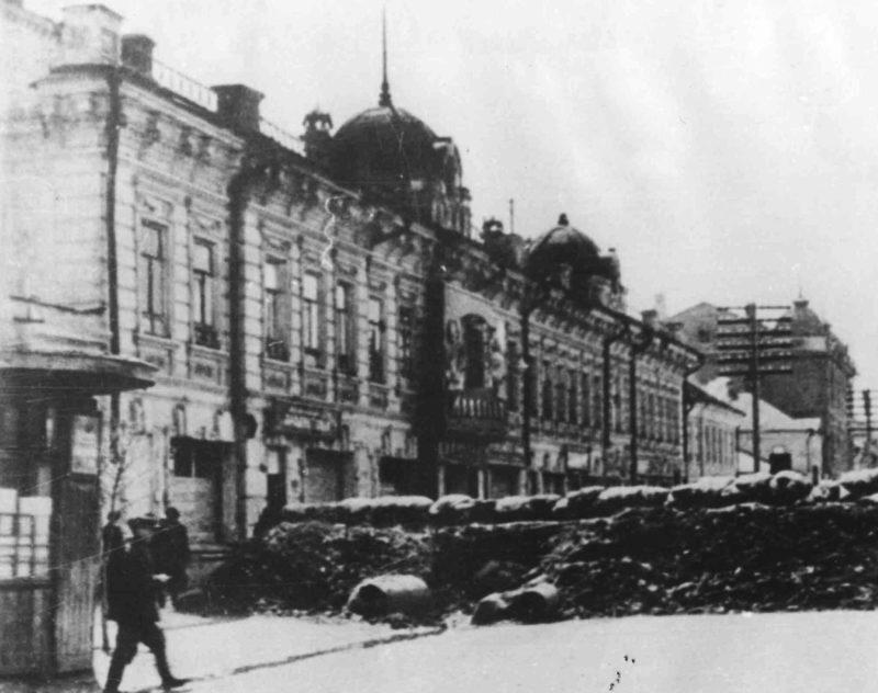 Баррикады на улицах города. Октябрь 1941 г.