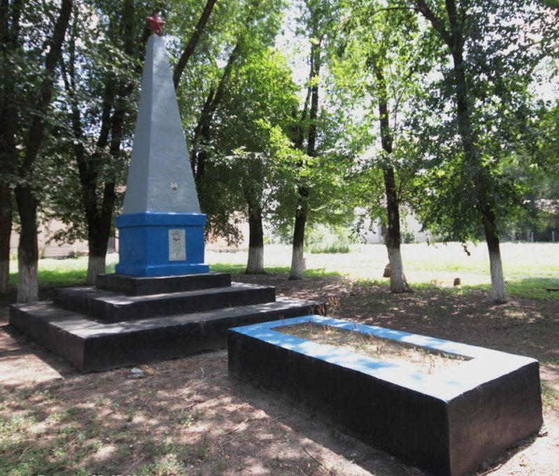х. Маслов Тацинского р-на. Могила танкиста, погибшего в годы войны.