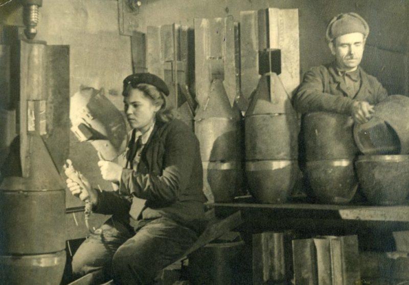 Изготовление авиабомб на комбинате Сихали. 1943 г.