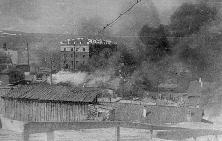 Пожары в городе после авианалета. Июнь 1942 г.