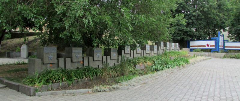 Аллея городов-героев у подножья мемориала.