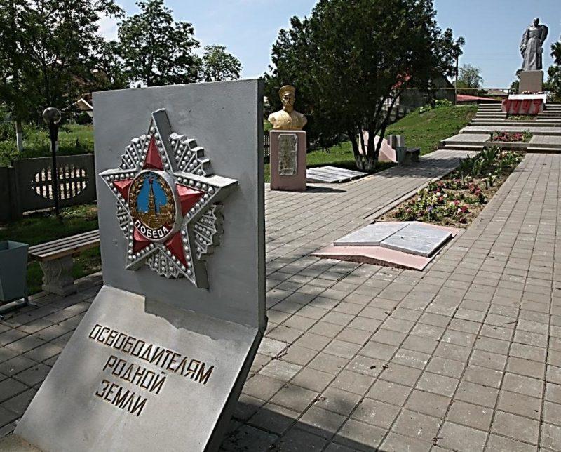 Алея мемориала.