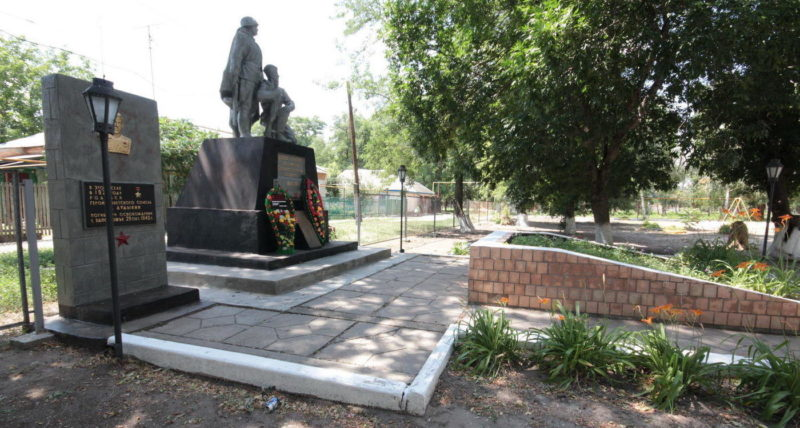 х. Надежевка Тацинского р-на. Братская могила, в которой похоронено 36 воинов, погибших в годы войны.