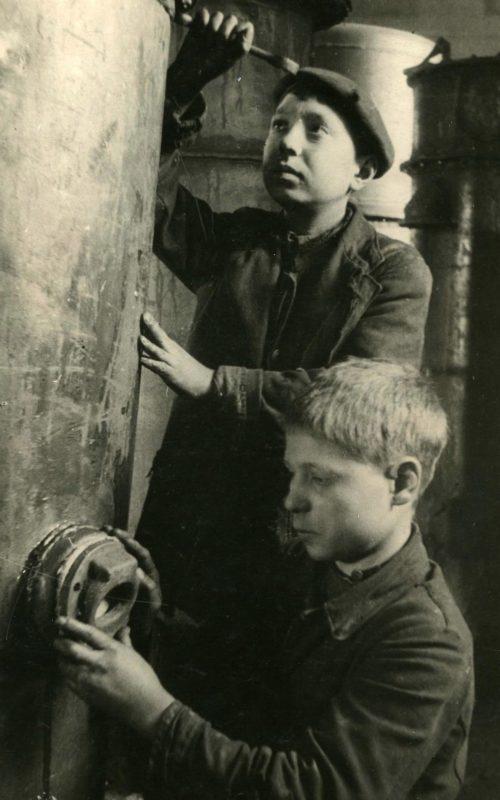 Котельщики Дальзавода Расид Алимов и Иван Немаев. 1943 г.